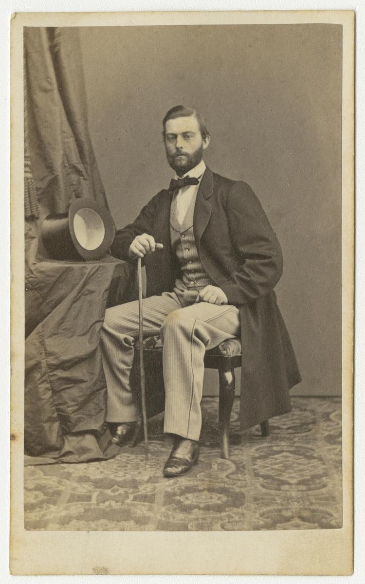 Porträtt av Johan Henrik Tisell, kapten vid Andra livgrenadjärregementet I 5.  Se även bild AMA.0001877 och AMA.0001924.