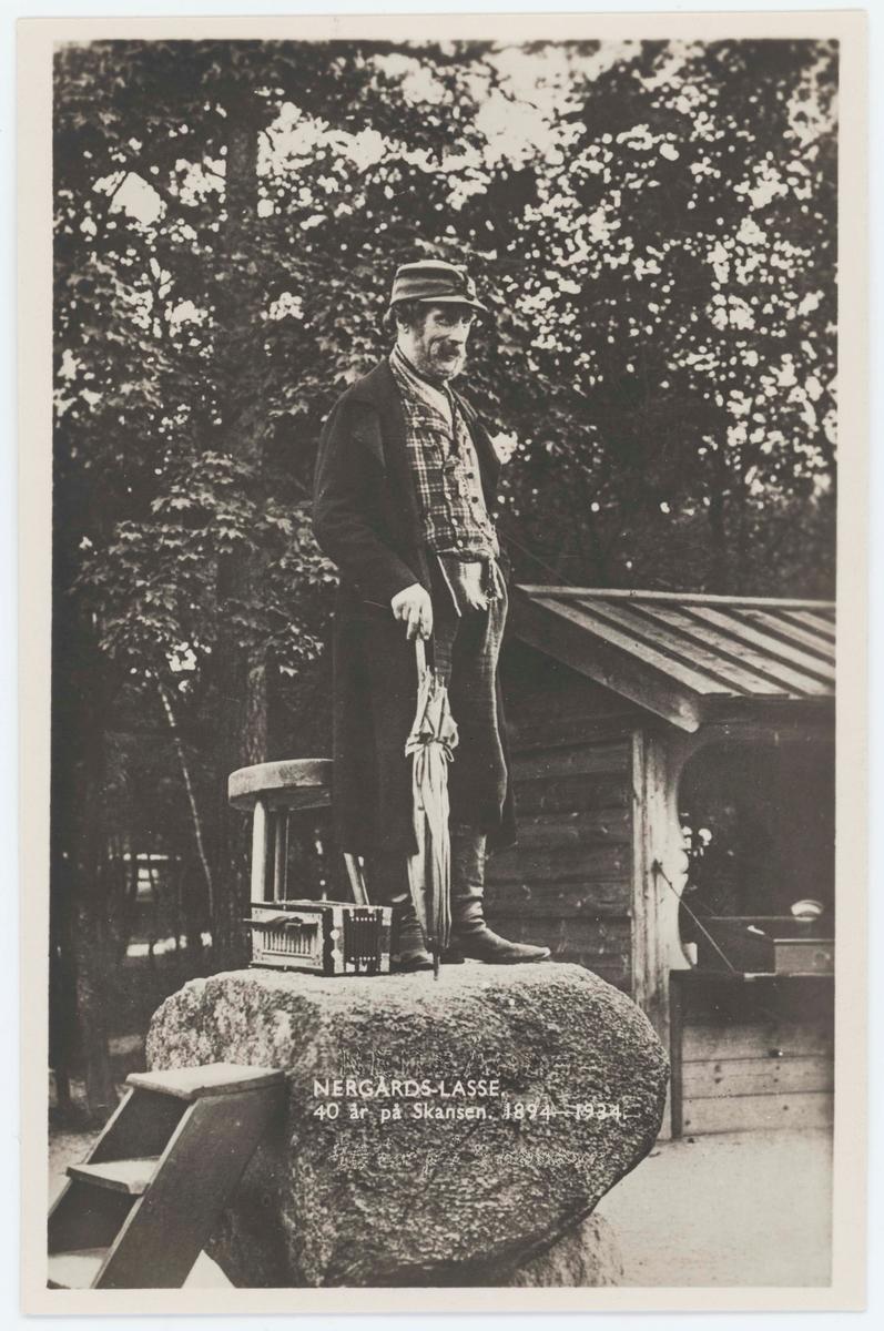 """Vykort med motiv från Skansen. """"Nergårds-Lasse. 40 år på Skansen 1894 - 1934."""""""