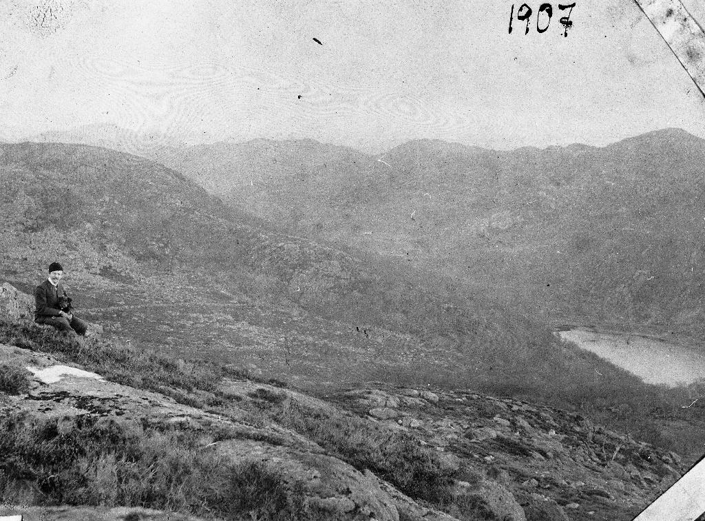 I bakgrunnen Bjødnalio med Moldtjødna til høgre. Til venstre statskonsulent Jon Sæland (26.9.1876 - 9.4.1963).