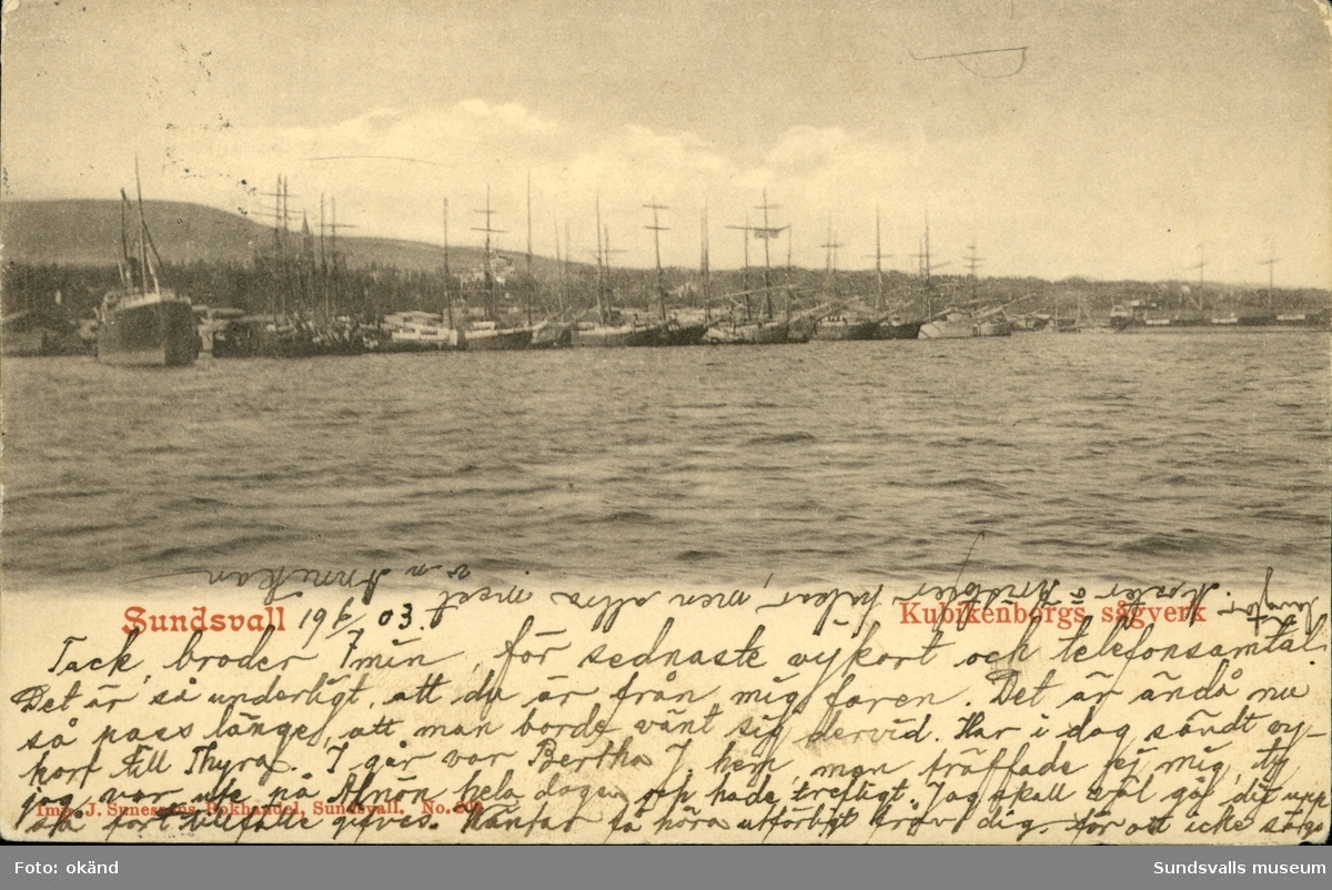 Vykort med motiv över fartyg liggande vid Kubikenborgs sågverk  utanför Sundsvall.