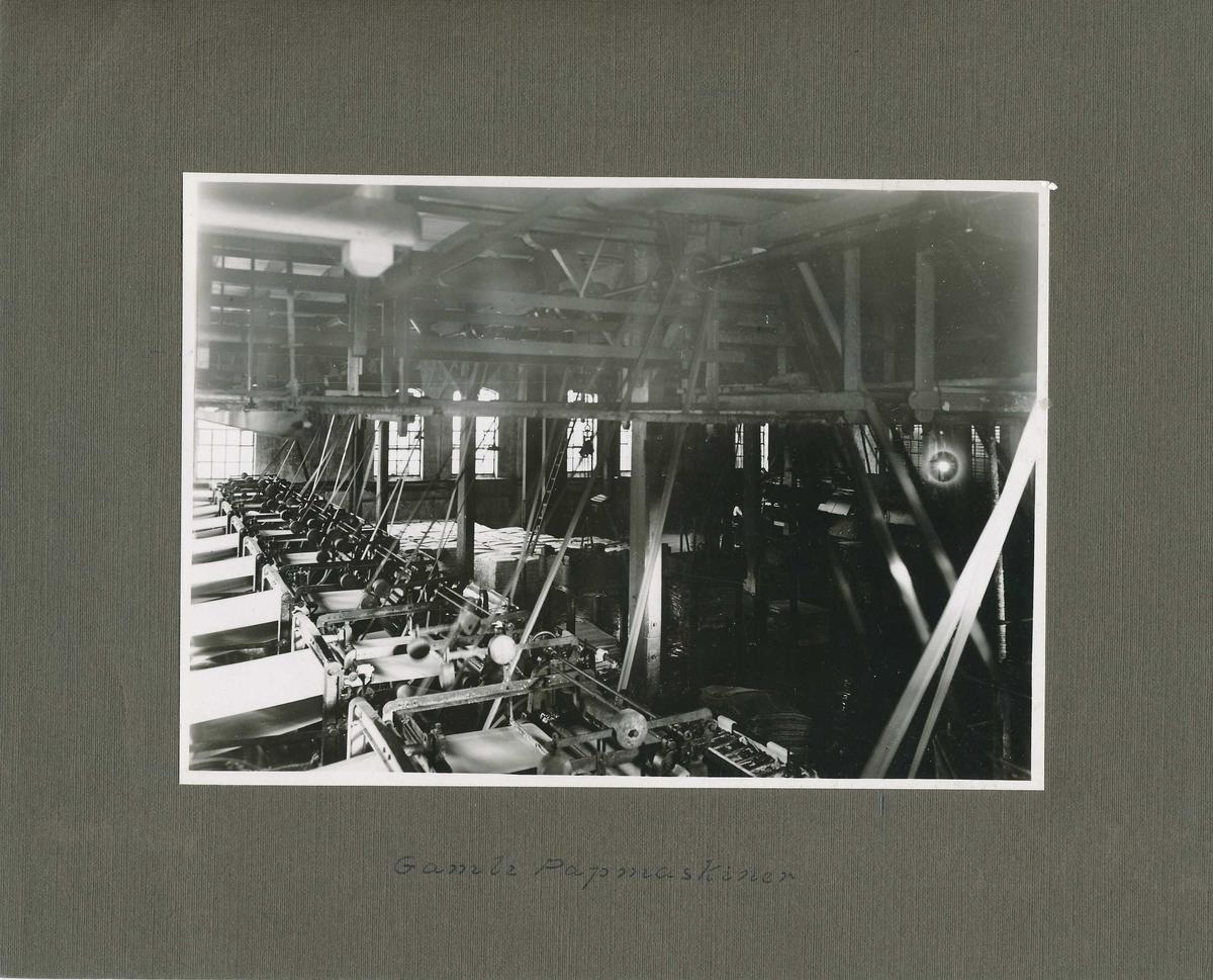 Pappmaskinene i produksjonssalen i det gamle tresliperiet.