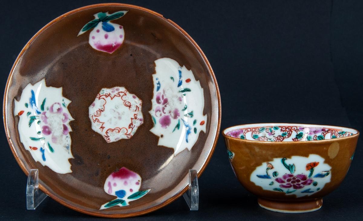 Kopp med fat, ostindiskt porslin. Polykrom dekor medn brun glasyr.