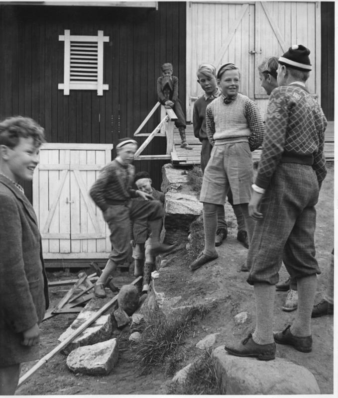 Lek på låvebroa, Stein skole. Bildet er trolig fra slutten av 1940-tallet og er tatt av den engelske fotografen Roger Wood (1920 – 2005). (Foto/Photo)