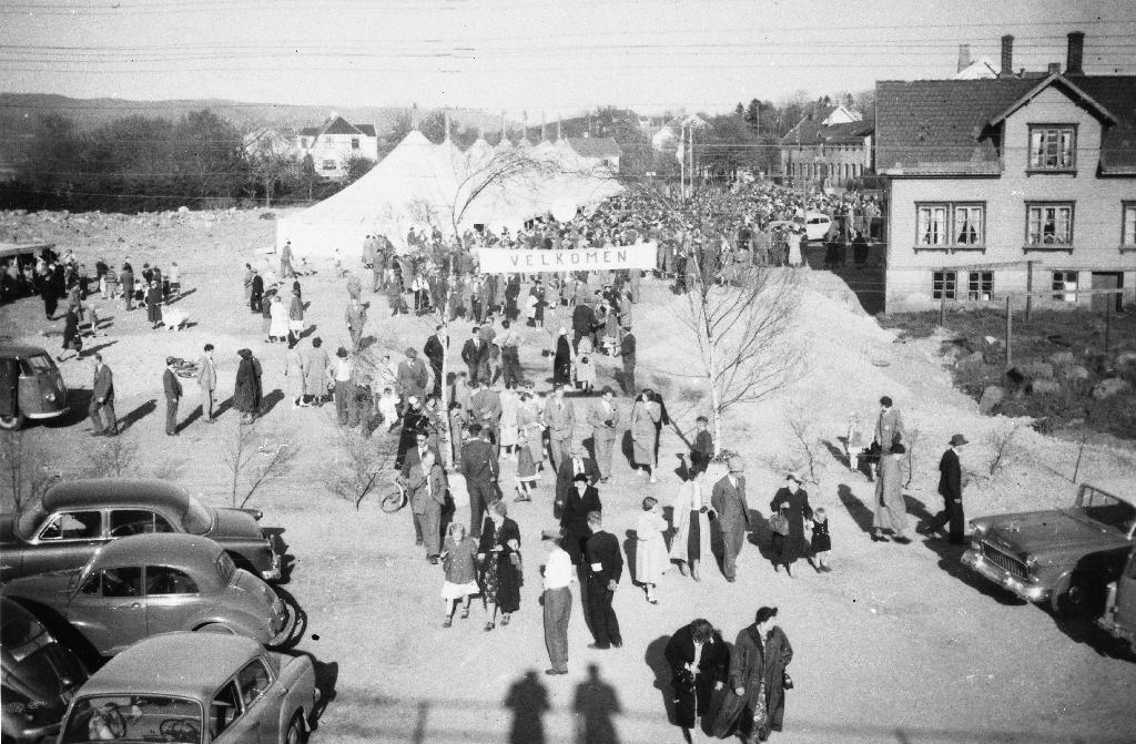 Vestlandske Indremisjon sitt landsungdomsstevne  i 1955. Møteteltet står i nåverande Arne Garborgs veg. Rådhuset og Bryne kino er nå (1990) bygd til venstre i biletet.