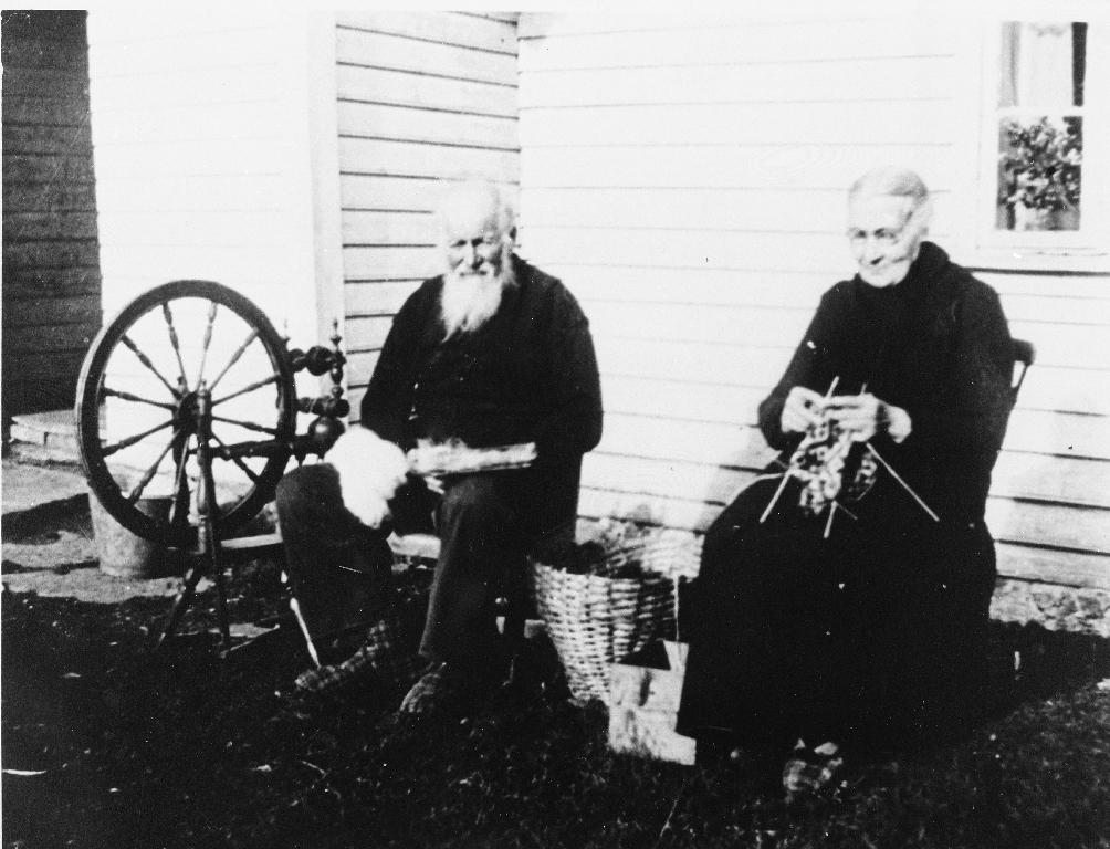 Nils B. Egeland (20.5.1861 - 1942) og kona Karen (17.5.1865 - 15.11.1943). Dei er farfar og farmor til Inger Egeland (22.5.1927 - ), eigar av biletet. Her sit dei utanfor stovehuset på Madla opptekne med karding, spinning og spøting. Merk: kardar, rokk og kiba. Dei var frå garden Egeland på Heia (P.H.) i Bjerkreim men budde ei kort tid på Madla.