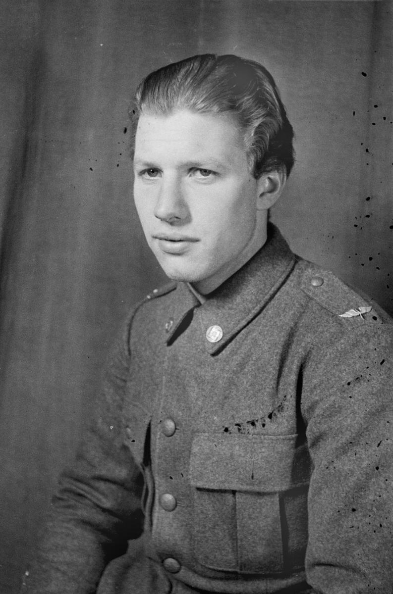 Porträttfoto av sergeant Sven Axel Jonsson (nummer 773), baschef Rovaniemi vid F 19, Svenska frivilligkåren i Finland under finska vinterkriget, 1940.