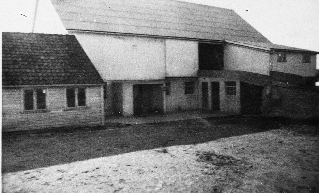 Uthusa på garden til Rasmus Ree. Dei er bygde i 1948.