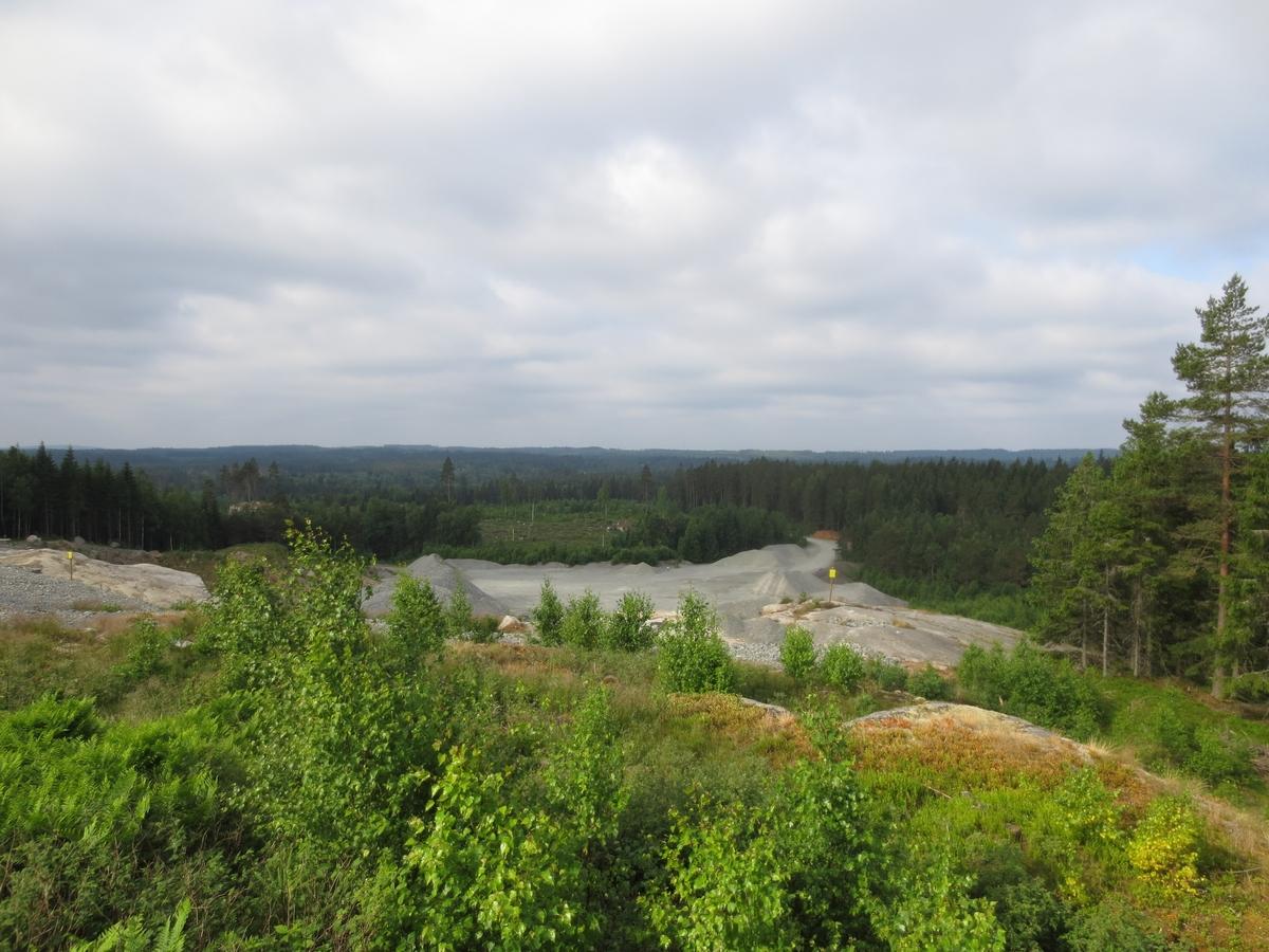 Utsikt mot bergtäkt ooch utredningsområde taget vid en arkeologisk utredning i Vrigstad socken i Sävsjö kommun.
