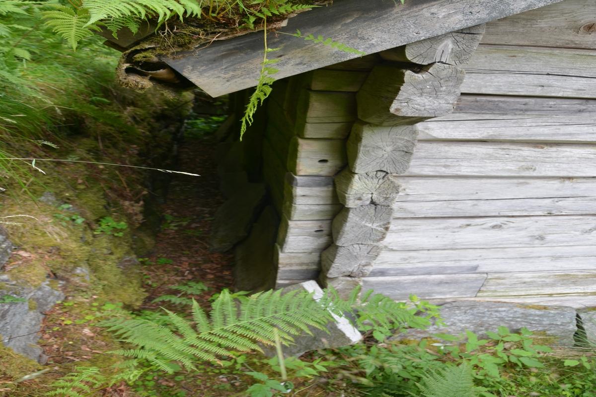 Lafta bygning i eit rom med sperretak og torv.