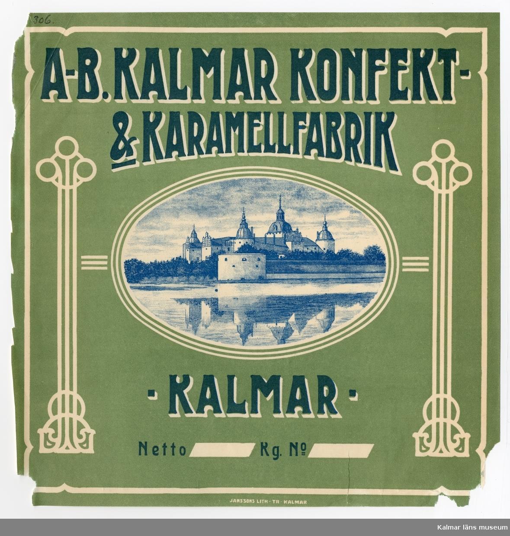 KLM 21360:3:31 Etikett, av papper, tryck av litografisk etikett. På etiketten text: A-B Kalmar Konfekt- & Karamellfabrik. I färgen blå och vit text på grön bakgrund. I en cirkel i mitten ses Kalmar slott. Etikett till karamellförpackning. Beställare: Kalmar Konfekt- & Karamellfabrik, Kalmar. Tryckt på Janssons Litografisk tryckeri i Kalmar. Trycket låg löst i provbok med varuetiketter mm, KLM 21360:1.