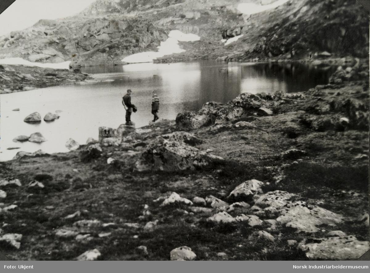 Olav O. Vågen sammen med sønnen Olav står ved Kvitebekktjønn på Møsstrond