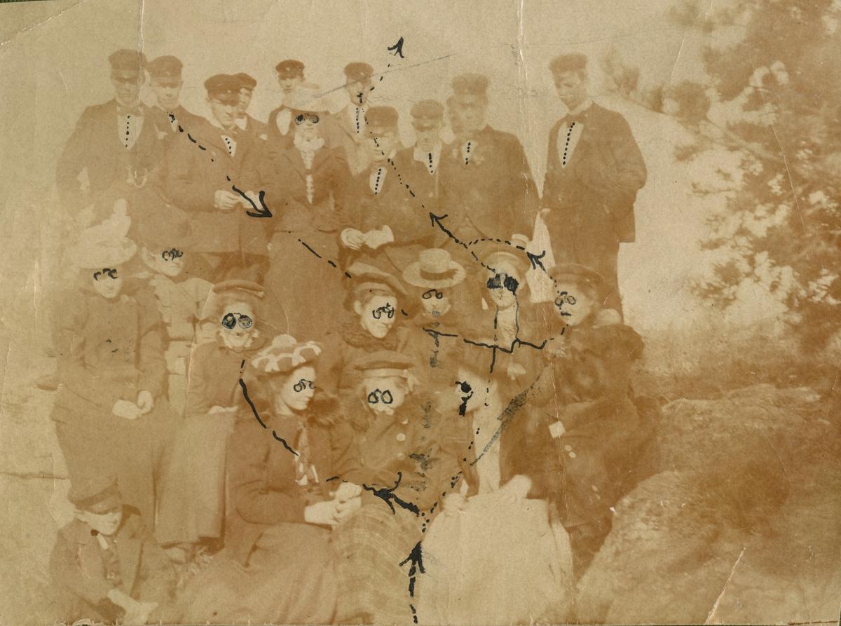 """Text i fotoalbum: """"Skolpojksbal hos Härdelins i Vännäs hösten 1899."""""""