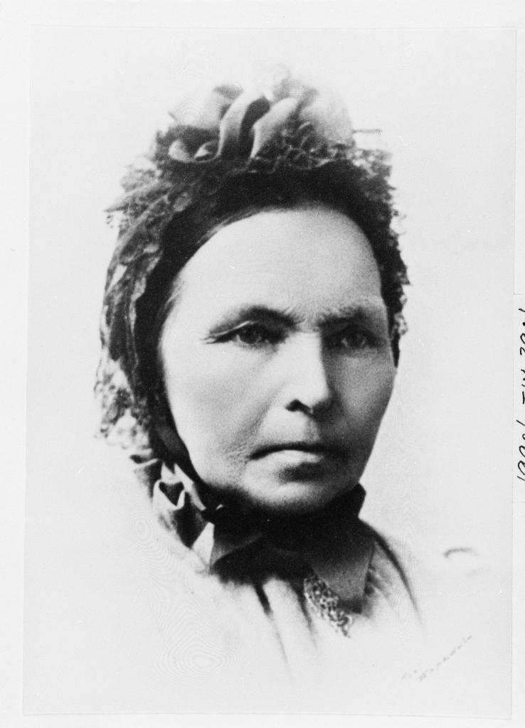 Portrett av mor til  diktaren Arne Garborg, Ane Oline Jonsdtr. Raugstad(23.02.1832 - 28.04.1908) g. 23.11.1848  m. Eivind Ådneson Garborg (26.07.1822 - 13.02.1870).