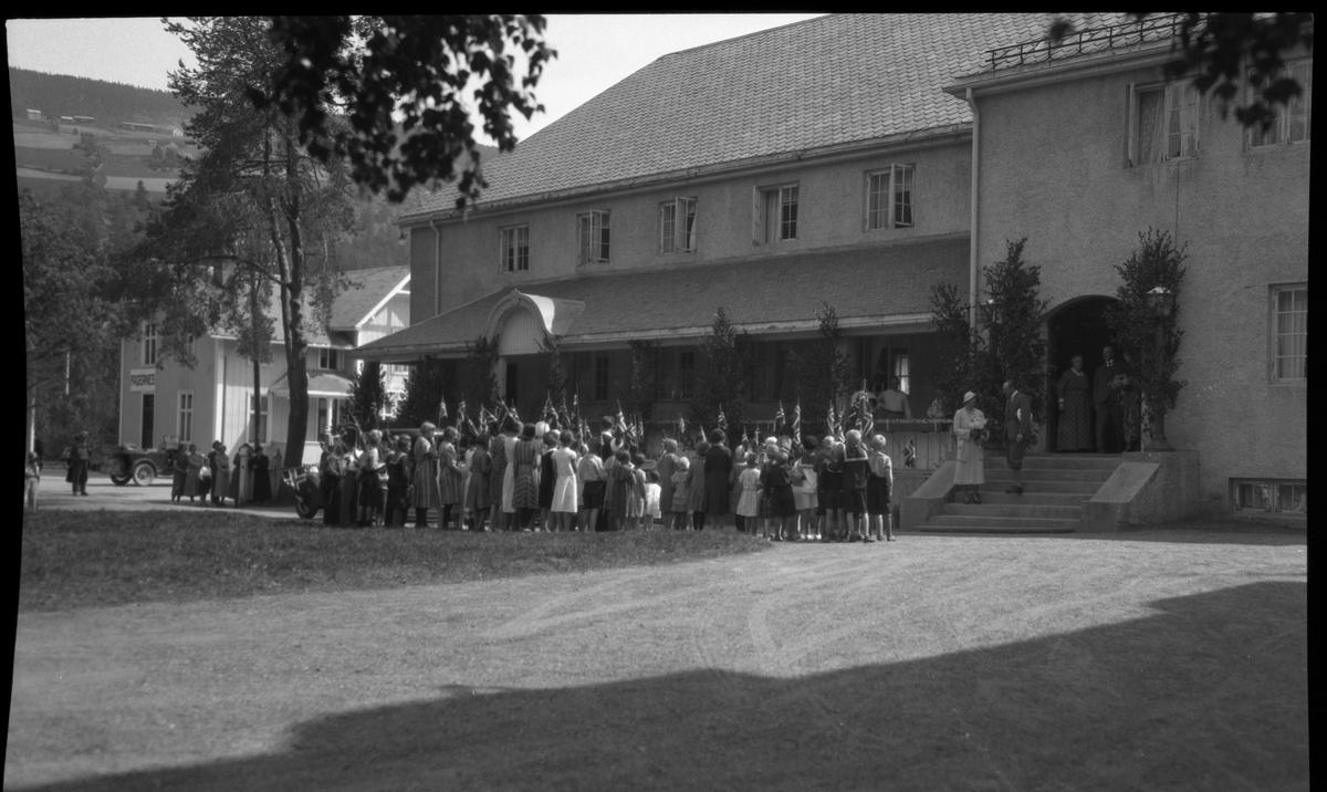 Kronprinsparet, Olav og Märtha besøkte Fagernes på sin vei gjennom Valdres i 1933. Her hyller barn fra Fagernes dem utenfor Fagernes Hotell.