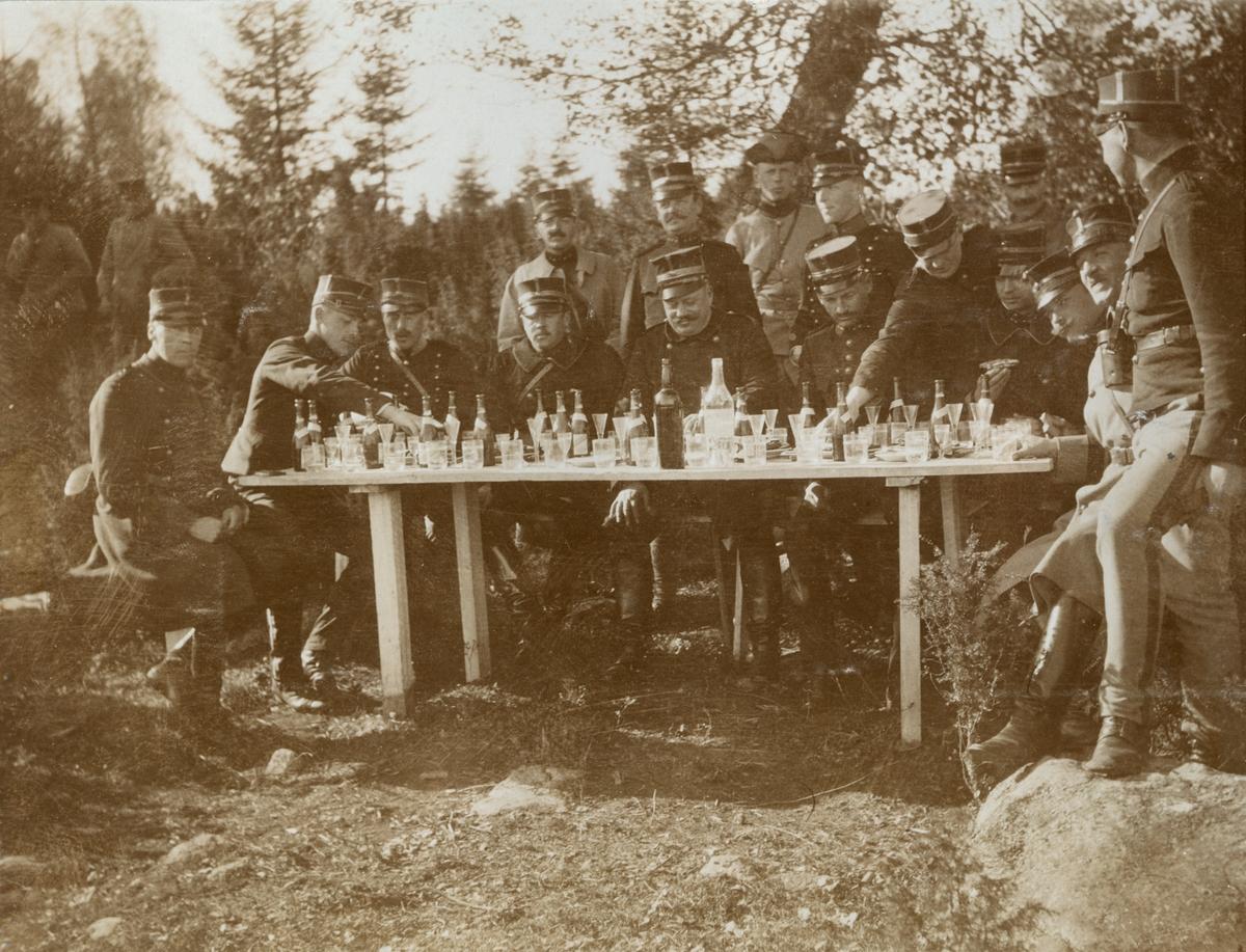 Grupp soldater avnjuter förfriskningar.