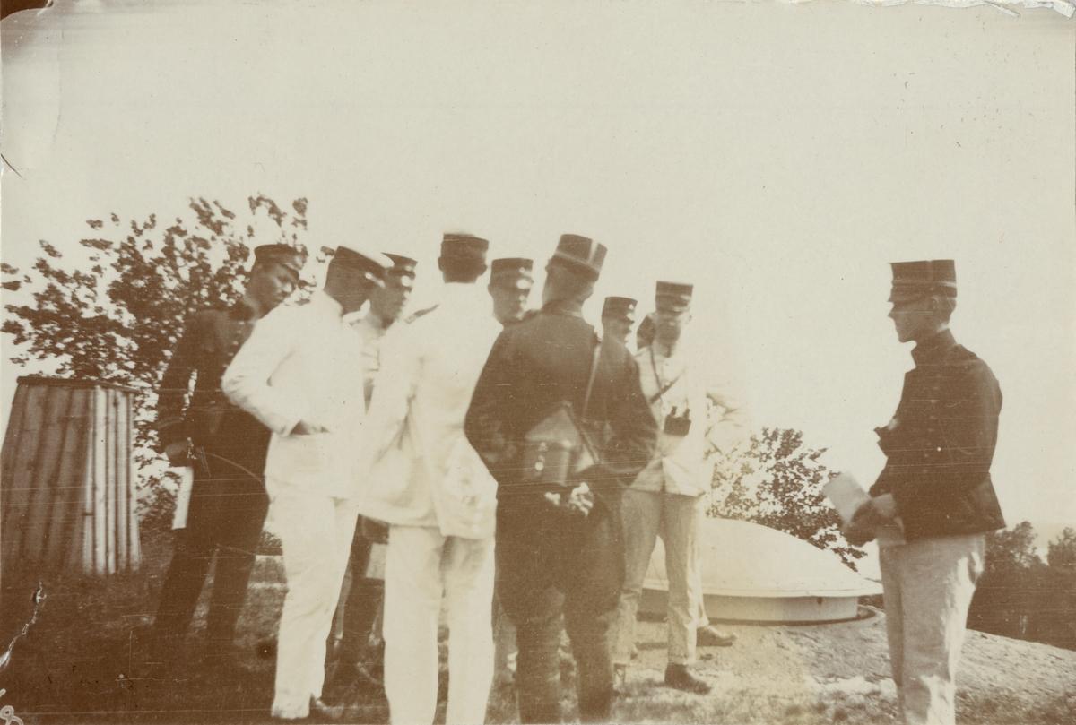 Grupp soldater på övningsplats.