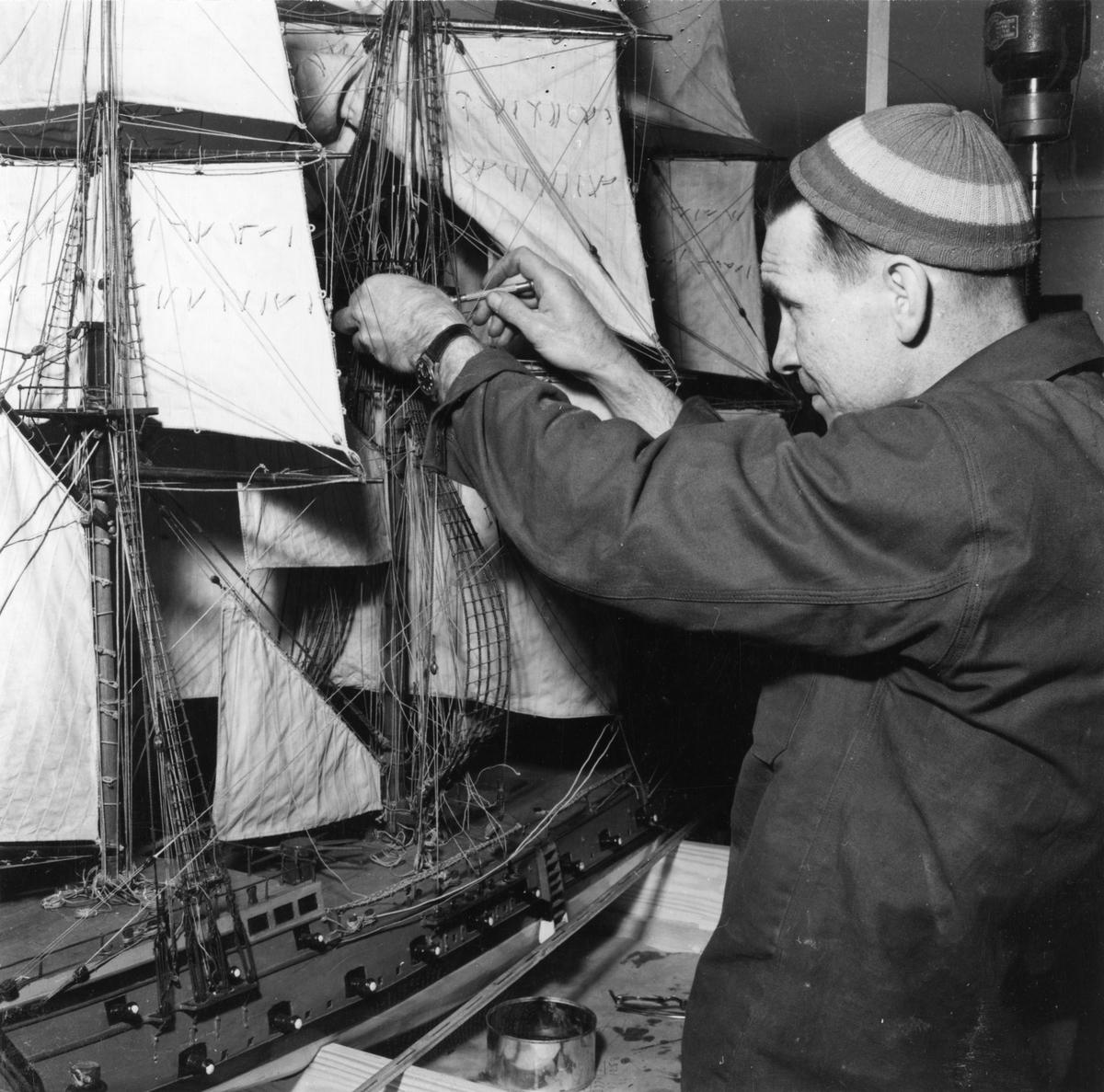 Sjöhistoriska museets modellverkstad. Modellbyggare Voldemar Konga i arbete med riggen på en äldre modell.