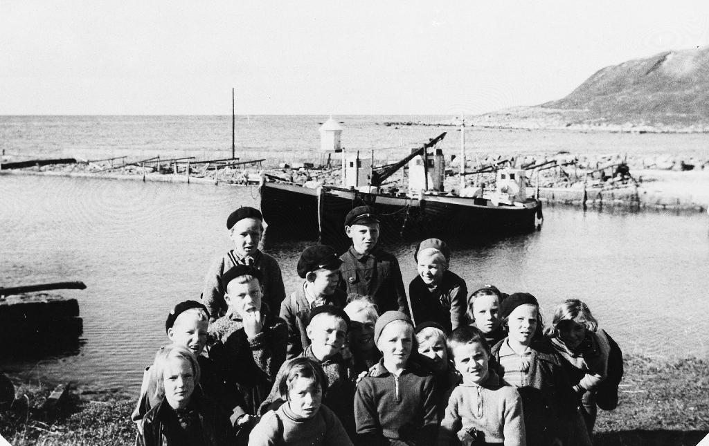 Elevar frå Bryne skule på tur til Obrestad hamn i 1935. Me kjenner namn på ei del av dei som var med: Nils Haugstveit, Hans Egeland, Ingrid Hareland, Rut Håland, Hans Rosseland, Tordis Rimestad, Torkell Serigstad.