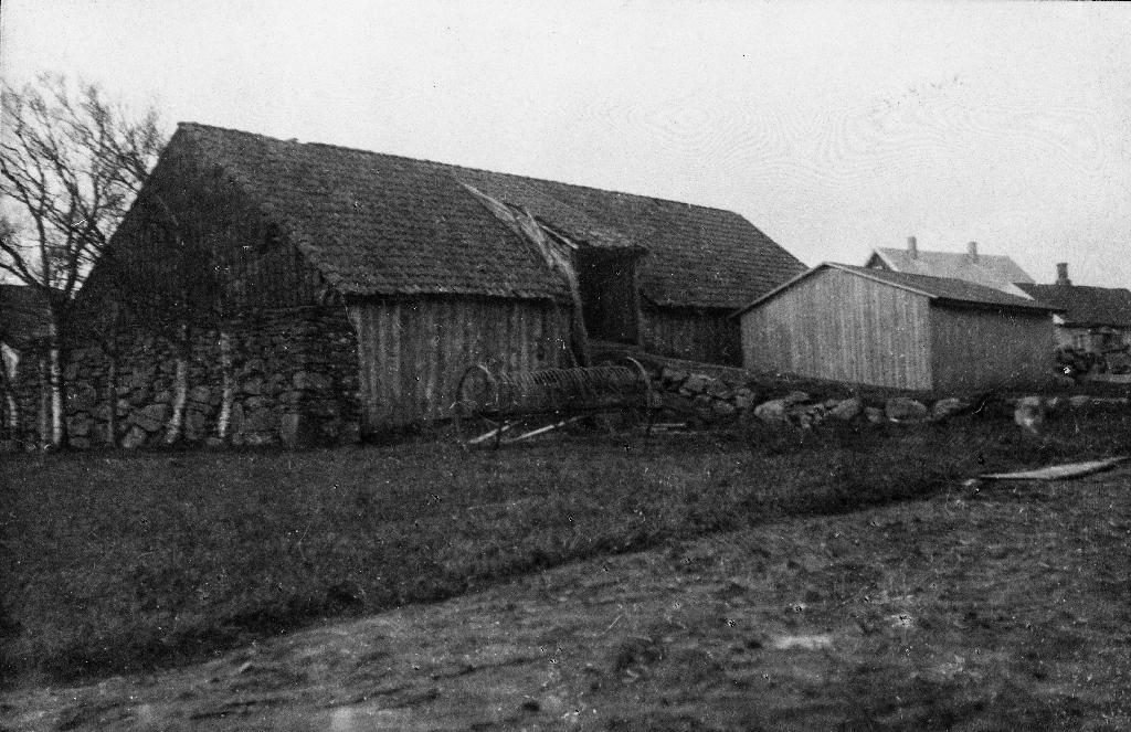Den gamle løa med steinborg slik den sto i Martin Garborg si brukstid. Til høgre husa til Lars Garborg. Stolpabu framme til høgre vart bygd under 1. verdskrig til lagring av korn.