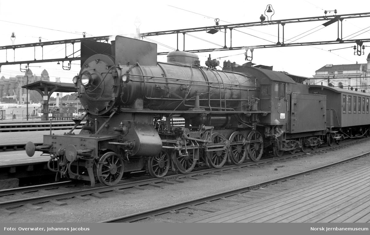 Damplokomotiv type 31a nr. 320 med persontog til Gjøvikbanen på Oslo Østbanestasjon. Fremst i toget personvogn litra Co4a