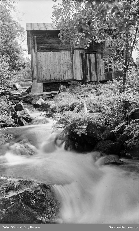 Vårflod i Kvarnån, Indal. Okänd byggnad.