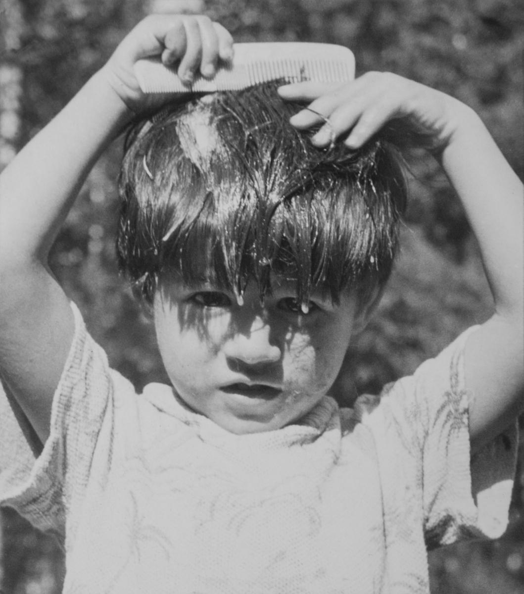 """I texten som finns bevarad till denna bild uppges att pojken på bilden längtar efter att gå i skolan. Bilden är tagen i samband med ett reportage om romers skolgång i Barkargärdets småskola i Borlänge. Trots att Sverige haft skolplikt sedan 1842 har inte alla barn haft rätt att gå i skolan. Redan 1933 skrev Johan Dimitri Taikon till skolöverstyrelsen och bad om skolundervisning för romska barn. Först tio år senare blev Dimitri Taikon hörsammad då han tillsammans med den frikyrkligt engagerade Otto Sundberg blev beviljad 1500 kronor för att starta en """"försöksskola"""" vid lägret i Lilla Sköndal, Gubbängen i Stockholm. Denna verksamhet kom senare att drivas för Stiftelsen Svensk Zigenarmission, grundad 1945, som drev sommarskola för romska elever under hela 1940- och 1950-talen. Eleverna var mellan 6 och 60 år och satsningen blev mycket medialt uppmärksammad. Zigenarmissionen var dock kritiserad, både av romer och icke-romer, då man ansåg att romska barn skulle få samma möjligheter att gå i skola som andra svenska barn. Efter en tid med olika former av försöksverksamhet föreslog  """"Zigenarutredningen"""" (1954), den första """"invandrar- och integrationsutredningen"""" i Sverige, att romer skulle gå i vanliga skolor. Frågan om undervisningens organisering fick de enskilda skolorna att hantera på egen hand men från och med juni 1960 fanns möjlighet för kommuner att rekvirera bidrag från staten för speciell undervisning av romska barn. Först efter att alla romer fick bli bofasta på sextiotalet, fick samtliga romska barn möjlighet att gå i skola året om."""