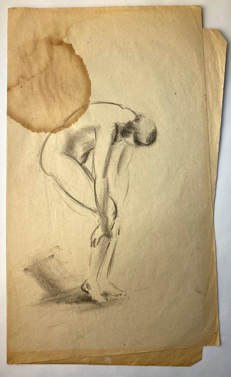 Skisseark bretta i to med tre skisser: S 1: Akt, heilfigur, en profil, bøygd. S 3: Brystbilde, portrett av mann, ca. en face. Medelev eller modell? S 4: Kvinneakt, kvinne med drakt og hatt og halvtanna mannsadlet.