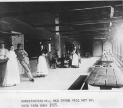 Marketenterihall med öppen vägg mot SV.