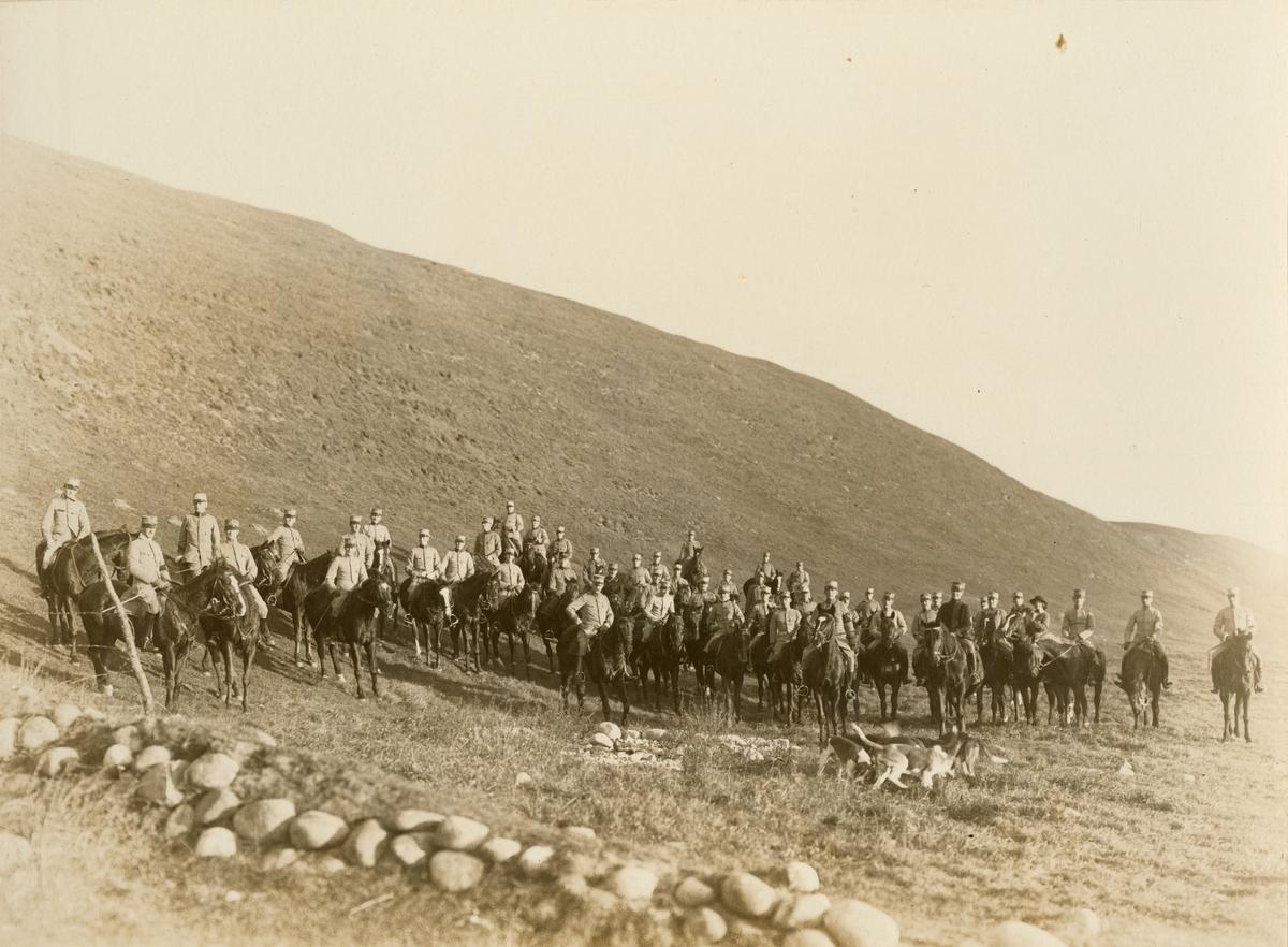 Gruppbild med soldater till häst.