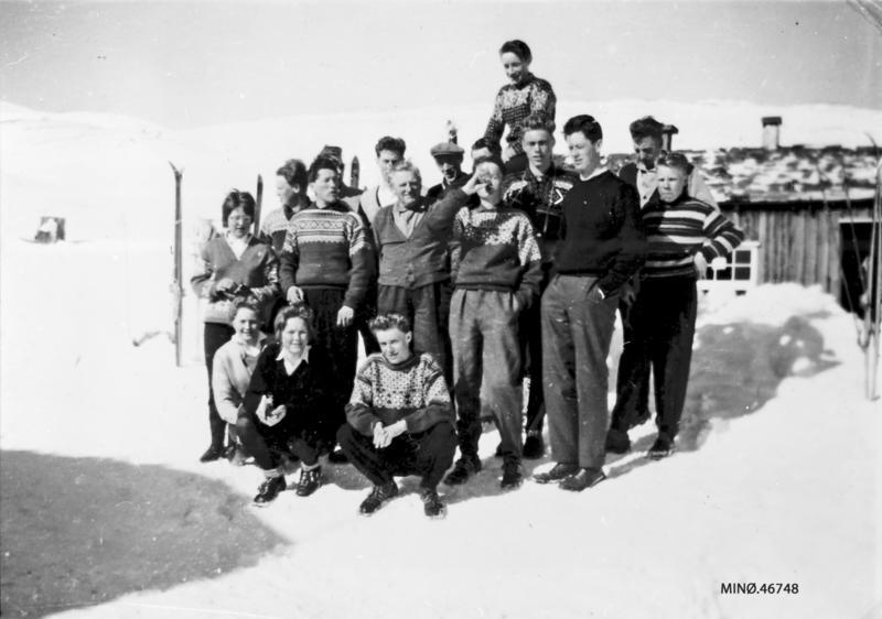 Ungdomsskituren påskelørdag 1961. Fremst fra venstre: Oddrun Tuvan, Aud Borkhus, Torbjørn Furuhovde. 2.rekke: . Eli Tronsgård, 2. Ove Hjerkinn, 3. Hans Bjørnsgard (styrer på Grimsdalshytta), 4. Oddgeir Furuhovde, 5. Torgeir Tallerås, 6. John Borkhus. Bak: 1. Magnar Dahlen, 2. Ole Tallerås, 3. Peder Olaus Hovde, 4. ukjent, 5. Arne Brendryen, 6. Øystein Borkhus. Aller bakerst: Per O. Borkhus (Foto/Photo)