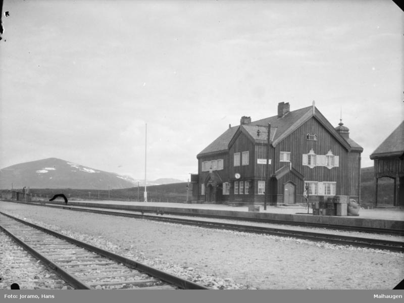 Hjerkinn stasjon, der kongen og følget var ved veis ende med bilkjøring etter den lange flukta blant anna gjennom Nord-Østerdalen. Foto: Hans Joramo / Maihaugen.