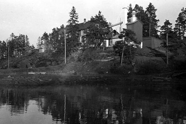Arnestad Bruk på 1950-tallet. Bilde utlånt av Per Rohde Natvig, hentet fra Vollen Historielags årbok.