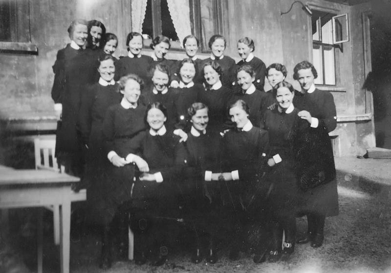 Sofie står i bakerste rekke, nr. to fra høyre