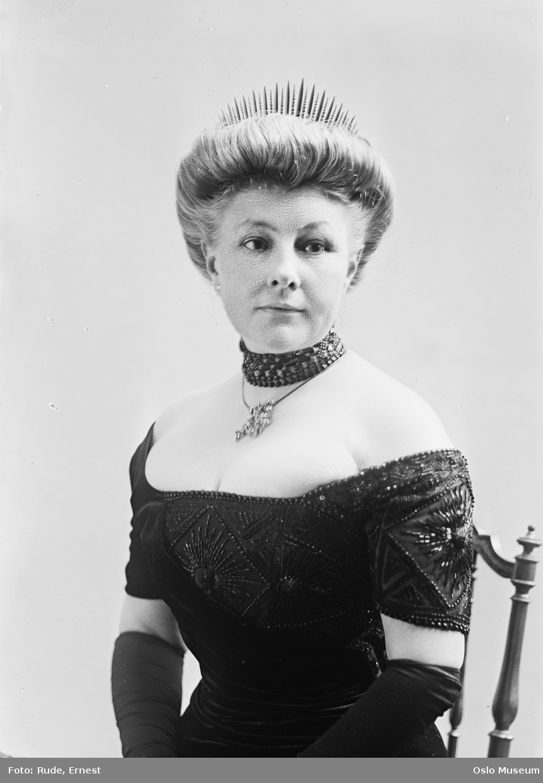 portrett, kvinne, sittende halvfigur, tiara