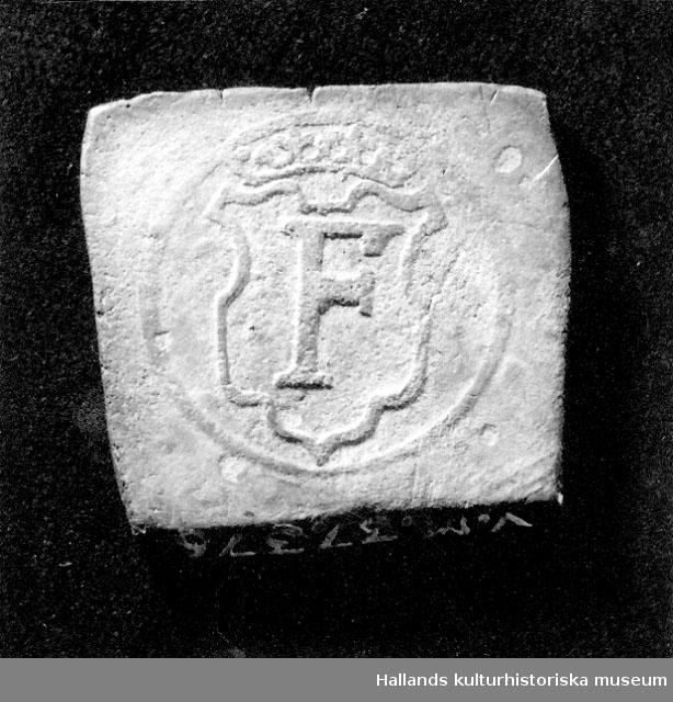 Arkeologiskt föremål. I MARCK1564Fyrkantigt silvermynt. Åtsida: Valör och präglingsår inom en cirkel.  Frånsida: Fredrik II:s krönta namnchiffer.