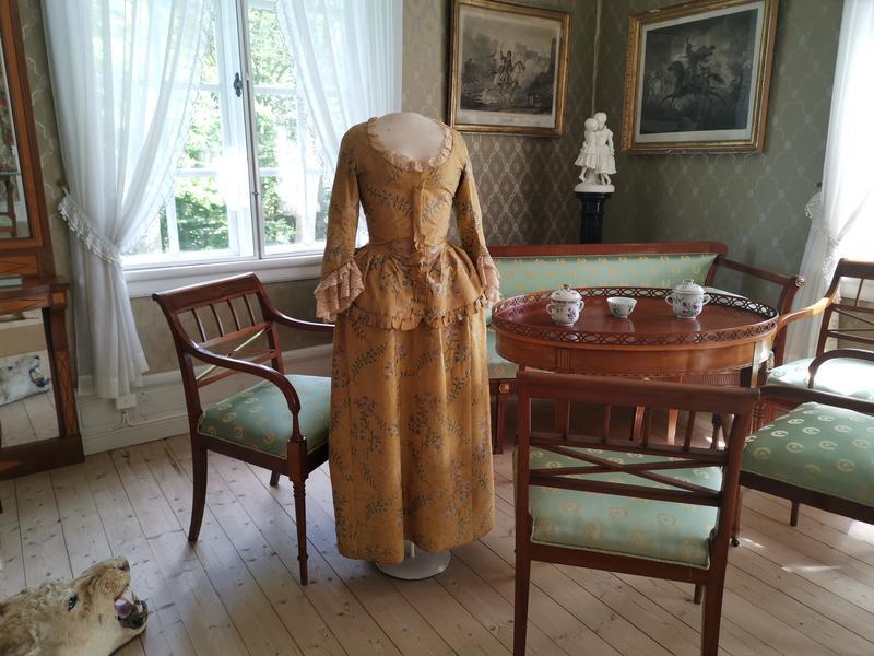 Gule kjole på Rød Herregård