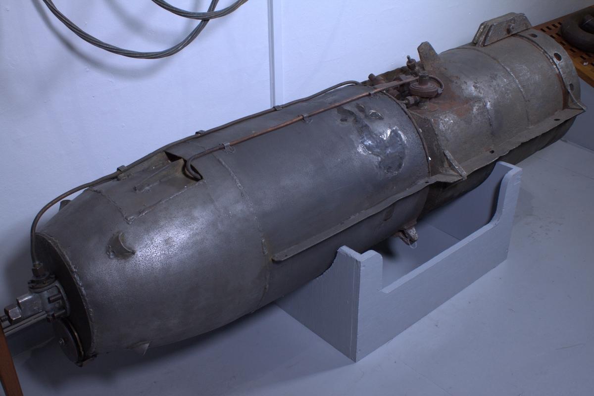 I sine bestrebelser på å uskadeliggjøre Tirpitz spesialutviklet britene denne bomben – som også kan kalles en flysluppet mine. Selve bomben veide ikke mer enn ca 250 kg og selve ladningen utgjorde ca 50 kg høyeksplosivt sprengstoff (Torpex).   Det spesielle med denne bomben var at den var konstruert med sikte på å kunne synke til ca 17 meter – for så å stige til rett under overflaten. Hvis den traff noe ville den eksplodere – hvis ikke ville den igjen synke til 17 meter for så å stige opp igjen, ca 10 meter fra siste vendepunkt.   Dette var mulig på grunn av et avansert system der trykkluft ble sluppet ut fra en beholder i nesepartiet til et kammer i akterpartiet. Bomben kunne gjøre opp til 100 slike runder. Farten på hver runde kunne stilles til mellom 1 og 3 minutter, slik at bomben faktisk kunne lete seg frem etter et mål i mellom 1,5 og 5 timer.   Hvis den innen denne tiden ikke hadde truffet noe mål, ville den legge seg på bunnen og destruere seg selv. Hvis den på vei mot vannet skulle truffet Tirpitz direkte ville den selvsagt også eksplodere, og det samme var tilfellet hvis den traff land.   Bomben ble utviklet sommeren/høsten 1944. Tilnavnet Johnny Walker var trolig ment som en heder til den kjente marineoffiseren Captain Frederic John Walker. (Han er den britiske marineoffiseren som stod bak senkingen av flest tyske undervannsbåter, og han gikk bort 2. juli 1944.)
