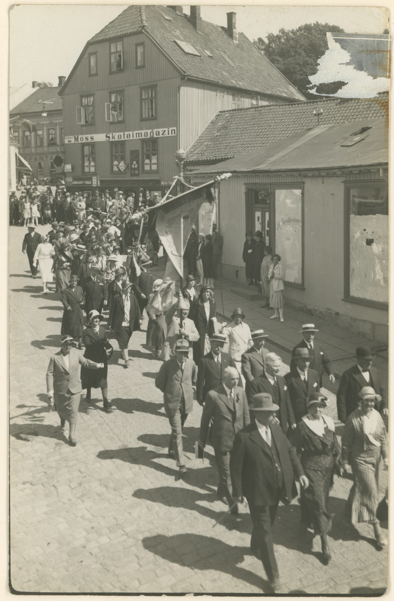 Opptog  i anledning av Moss Høiere Almenskoles 100 års jubileum i 1932, i Dronningens gate.
