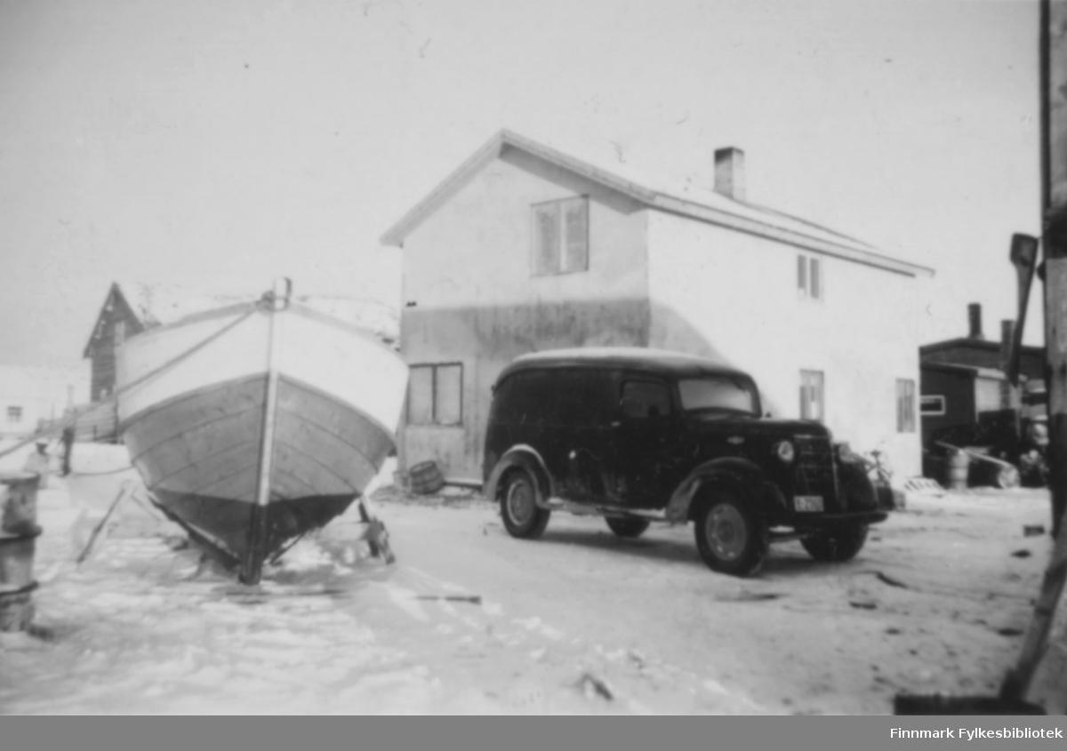 En båt, en bil og et hus. Salttjern?