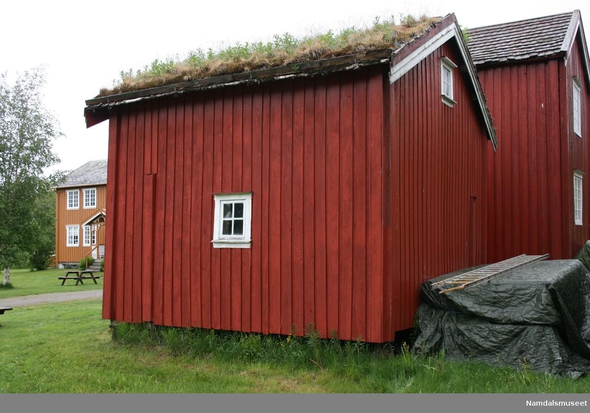 Bygning i en etasje med loft og svalgang