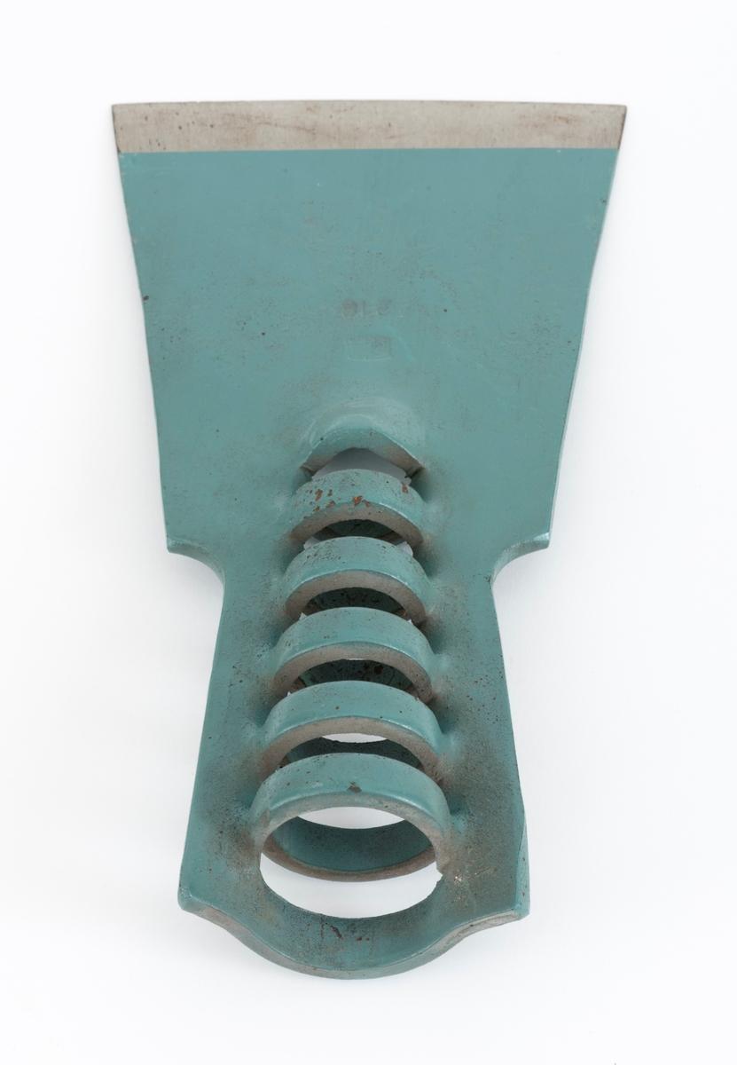 Barkespadeblad, lagd av ei drøyt 5 millimeter tjukk og cirka 21,9 centimeter lang stålplate. Egglinja er konvekst buet og «økseslipt». Bladet er plant. Avstanden mellom den rette egglinjas ytterpunkter er 11,2 centimeter. Bladet smalner noe oppover. På den øvre delen av bladstålet ble det under produsjonsprosessen lagd spalter i metallet tvers av bladets midtakse i lengderetningen.  Mellomliggende metall er presset vekselvis til den ene og den andre sida, slik at det er dannet en fal for den spisst kjegleformete enden på treskaftet som barkespadebladet skulle utstyres med. Bladet er, med unntak av ei 1,8 centimeter bred sone mot eggen, grønnlakkert. Den ene bladsida har et produsentstempel, «EIA» og tallet «218». Dette er et svensk fabrikat (Edsbyns Industri AB i Hälsingland). Formen minner sterkt om de norske Brødrene Øyos barkespademodell «Askeladden». Hvilken av de to konkurrentene som har kopiert den andre, vet vi foreløpig ikke.