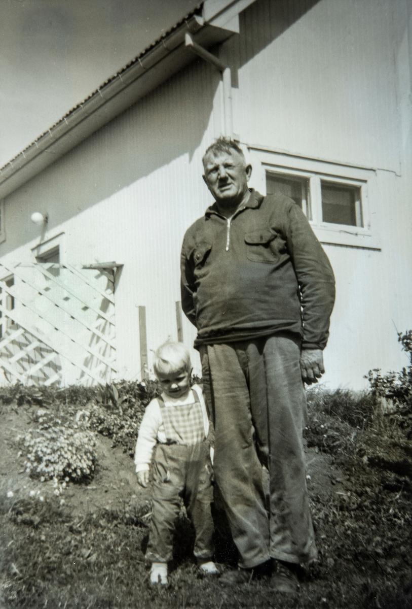 Gruppe 2, bestefar med barnebarn. Toril Westad sammen med bestefar, Henrik Johansen Åbakken (1903-1986) Bildet er tatt på Åbakken i Stange Vestbygd i 1972