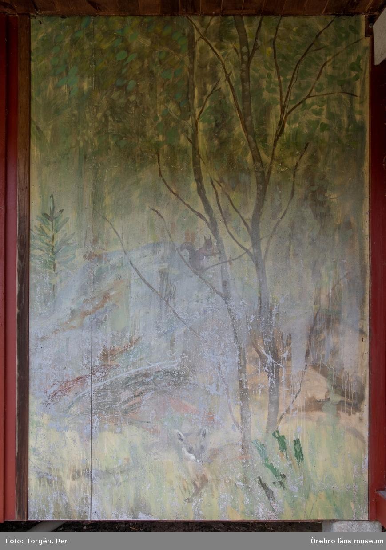 Dokumentation av väggmålningar utförda av konstnär Bror Drake af Hagelsrum. Målningarna har troligtvis sitt ursprung från en sommarstuga i närheten av Skattkärr i Värmland.
