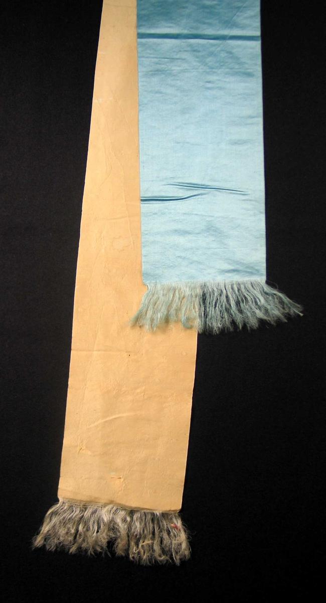 Begravelsessløyfe i gul og blå silke med frynser. Ingen tekst.