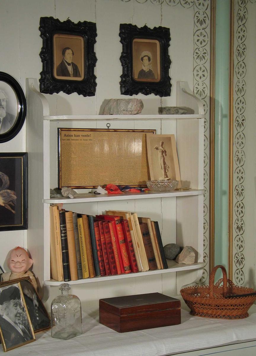 En samling av bøker og tidskrifter.