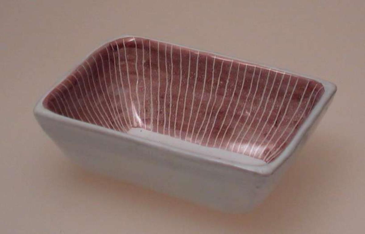 Rektanguært askebeger. Hvitt med rosa striper og hvit bunn.