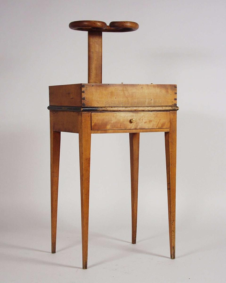 Et bord som man brukte til å sette lange tobakkspiper på og tre rom som kunne inneholde tobakk. I tillegg er det en skuff. Knotter av elfenben.