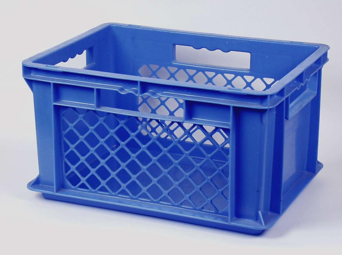Blå plastkasse med håndtak. Anvisning om hva som kan kastes der.