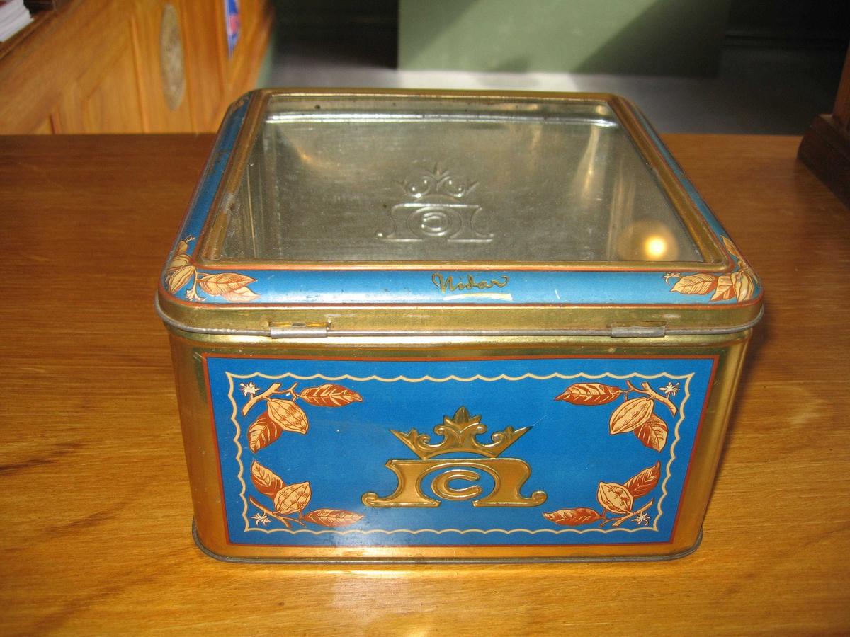 Blå boks med dekor. Glass lokk.