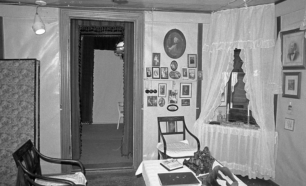 DOK:1971,påkledningsværelse, fotografier, stol,